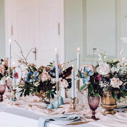 Flora šķīvji + Berry glāze + Sparkle glāze + zeltīti galda piederumi + rozā salvete / Amie
