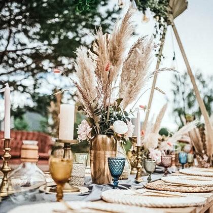 Krāsainas glāzes + zeltīti galda piederumi + pīti paliktņi / @mama_dekor - Sanija