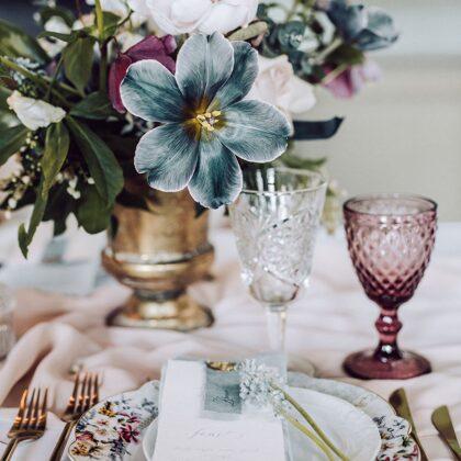 Flora šķīvji+Sparkle un Berry glāzes+Galda piederumi+Salvetes / Amie Ziedi + Ilze Ose Phot