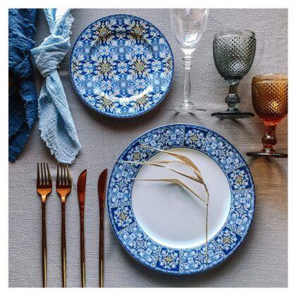 Azur šķīvji + Amber, Soho un Versaille glāzes + zeltīti galda piederumi + zilas salvetes