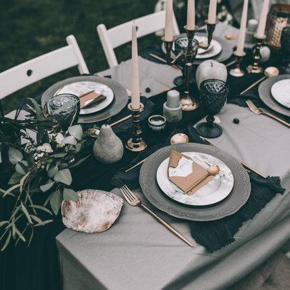 Calm šķīvji + Forest dream šķīvji + Royal glāzes + galda piederumi + tumši zilas salvetes