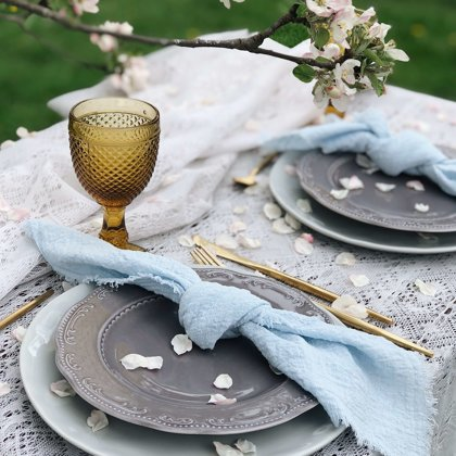 Ābeļziedos! Calm + Clouds šķīvji + galda piederumi + Amber glāze + zila salvete