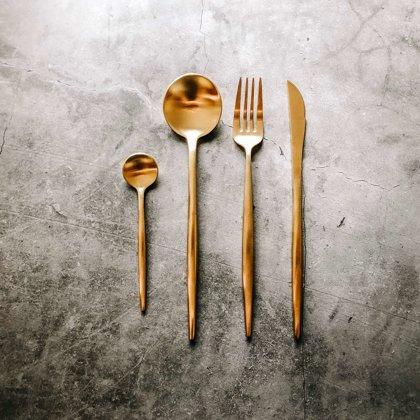 Zeltaini galda piederumi